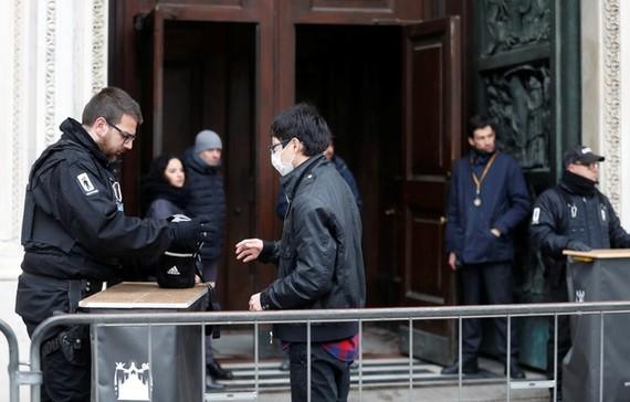 Nhà thờ Duomo ở thành phố Milan mở cửa trở lại lần đầu tiên kể từ khi dịch Covid-19 bùng phát ở phía bắc Italy. Ảnh:Reuters.