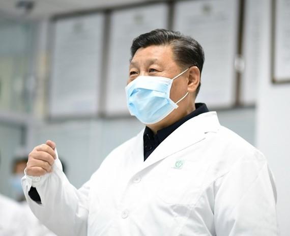 Chủ tịch Trung Quốc Tập Cận Bình trong chuyến thị sát một bệnh viện tại Bắc Kinh, nơi các bệnh nhân nhiễm COVID-19 được điều trị. (Ảnh: THX/TTXVN)