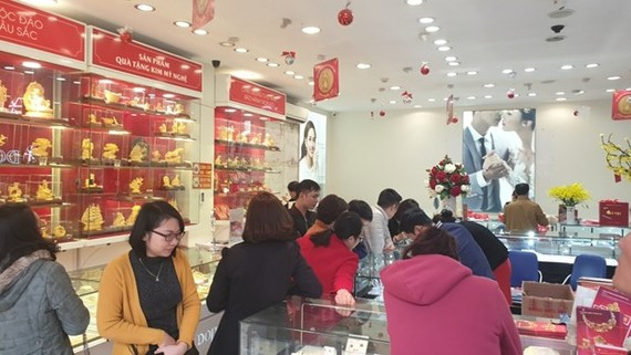 Giao dịch vàng tại các doanh nghiệp. (Ảnh: PV/Vietnam+)