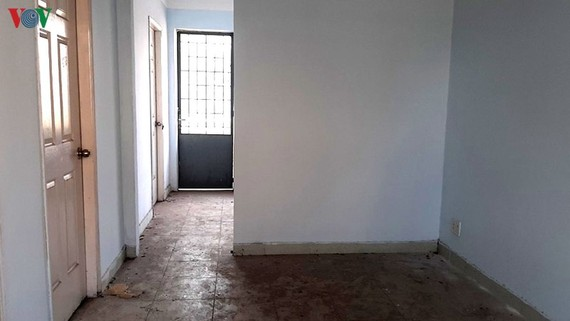 Bên trong căn hộ tại khu TĐC Vĩnh Lộc B bụi bẩn vì không có người ở.