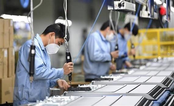 Công nhân sản xuất tại một phân xưởng của Skyworth ở Quảng Châu, thủ phủ tỉnh Quảng Đông, Trung Quốc. (Ảnh: THX/TTXVN)