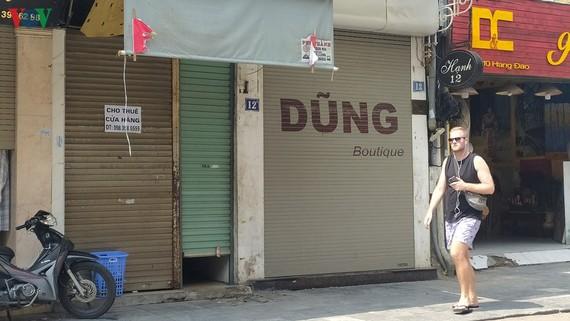 Hàng loạt cửa hàng tiếp tục đóng cửa vì dịch bệnh.