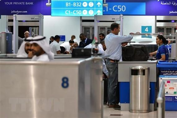Hành khách chờ làm thủ tục tại Sân bay quốc tế Dubai của Các Tiểu vương quốc Arab thống nhất. (Nguồn: AFP/TTXVN)