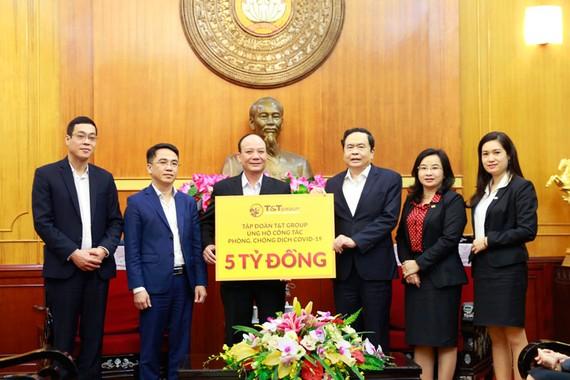 Đại diện Tập đoàn T&T Group trao ủng hộ 5 tỷ đồng cho công tác phòng chống dịch COVID-19