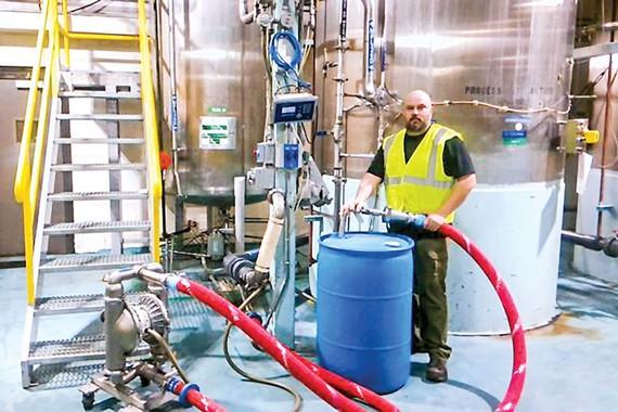 Sản xuất chất khử trùng tay phục vụ dịch cúm corona tại một nhà máy bia rượu Pernod Ricard ở Arkansas.