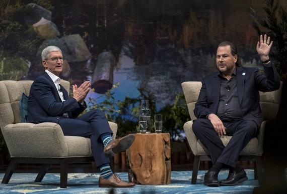 Tim Cook, giám đốc điều hành của Apple Inc. và Marc Benioff, chủ tịch và đồng giám đốc điều hành của Salesforce.com Inc (Nguồn: David Paul Morris | Bloomberg | Getty Images)