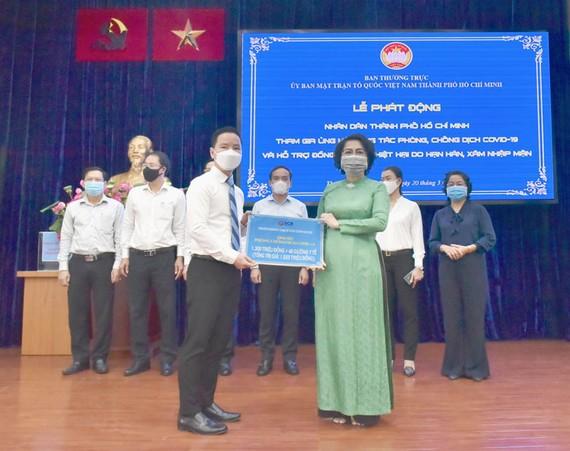 Chủ tịch HĐQT SCB Đinh Văn Thành trao 1,3 tỷ đồng cho MTTQ Việt Nam tại TPHCM.