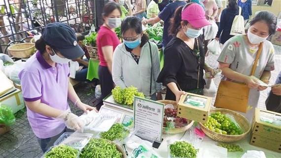 Người tiêu dùng Thành phố Hồ Chí Minh thực hiện nghiêm túc quy định phòng, chống dịch COVID-19. (Ảnh: Mỹ Phương/TTXVN)