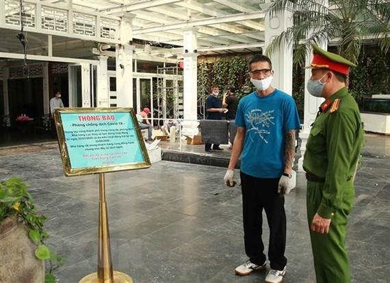 Công an quận Hoàn Kiếm đi kiểm tra việc tạm thời đóng cửa nhà hàng tại khu vực Hồ Hoàn Kiếm. (Ảnh: Doãn Tấn/TTXVN)
