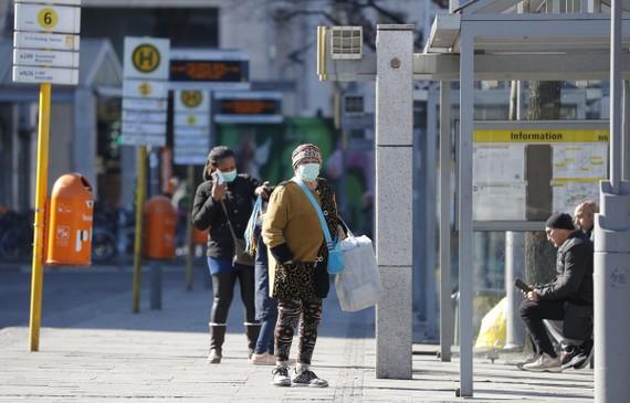 Người dân đeo khẩu trang phòng lây nhiễm COVID-19 tại Berlin, Đức, ngày 23/3/2020. (Nguồn: AFP/TTXVN)