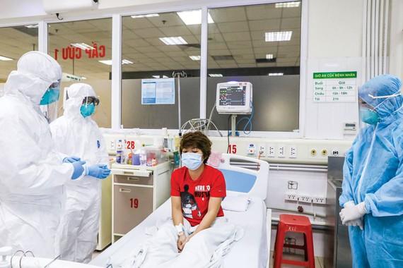 Bệnh nhân nhiễm Covid-19 được đội ngũ bác sĩ chăm sóc tại khu cách ly đặc biệt Bệnh viện Nhiệt đới 2. Ảnh: VIẾT CHUNG