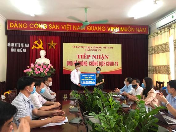 Đại diện Tập đoàn T&T Group trao 5 tỷ đồng ủng hộ cuộc chiến chống dịch Covid-19 của tỉnh Nghệ An.