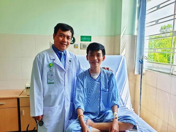 BS Trần Phước Hòa thăm khám cho người bệnh
