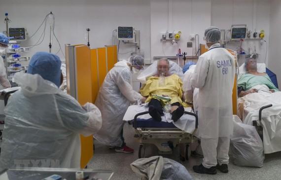 Nhân viên y tế chăm sóc bệnh nhân nhiễm COVID-19 tại bệnh viện Louis Pasteur ở Colmar, Pháp ngày 26/3 vừa qua. (Ảnh: AFP/TTXVN)