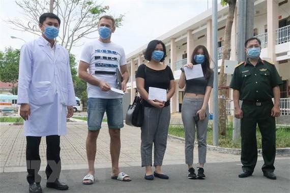 Lãnh đạo Bệnh viện dã chiến Củ Chi và các bệnh nhân trong thời điểm công bố khỏi bệnh. (Ảnh: Đinh Hằng/TTXVN)