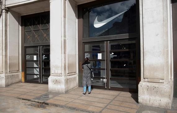 Một cửa hàng đóng cửa do dịch COVID-19 tại London, Anh ngày 16/3/2020. (Ảnh: THX/TTXVN)