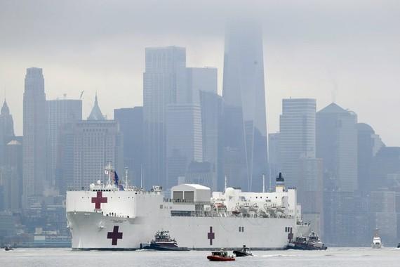 Tàu bệnh viện của Hải quân Mỹ, USNS Comfort, đã tới thành phố New York với hơn 1.000 giường, dành cho các bệnh nhân không nhiễm Covid-19. Ảnh:AP.