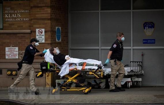 Chuyển bệnh nhân nhiễm COVID-19 tới trung tâm y tế ở Brooklyn, New York, Mỹ ngày 28/3. (Ảnh: THX/TTXVN)