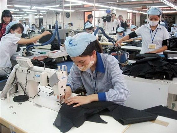 Sản xuất hàng dệt may xuất khẩu sang châu Âu. (Ảnh: Đỗ Phương Anh/TTXVN)