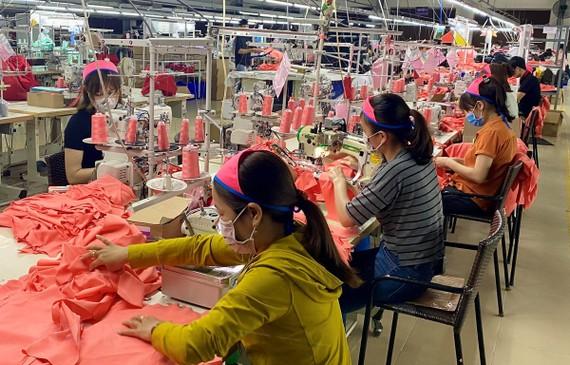 Hoạt động sản xuất ở hầu hết ở các doanh nghiệp dệt may tại Thừa Thiên - Huế vẫn diễn ra bình thường. (Ảnh: Mai Trang/TTXVN)
