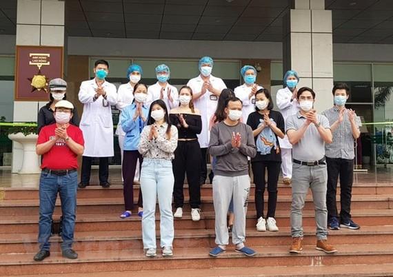 Các bệnh nhân được công bố khỏi bệnh tại Bệnh viện Bệnh nhiệt đới Trung ương. (Ảnh: PV/Vietnam+)