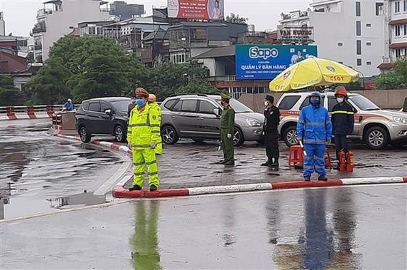 Lực lượng chức năng làm nhiệm vụ trực chốt tại cầu Chương Dương, hướng từ Trung tâm Hà Nội sang quận Long Biên. (Ảnh: Doãn Tấn/TTXVN)