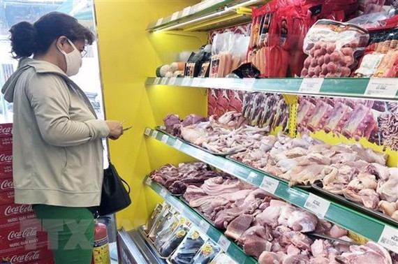 Người tiêu dùng có thể mua thịt lợn trong nước lẫn hàng nhập khẩu tại kênh phân phối hiện đại. (Ảnh: Mỹ Phương/TTXVN)
