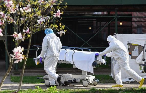 Số ca tử vong do COVID-19 ở Mỹ đang cao thứ 3 thế giới. (Ảnh: AFP/TTXVN)