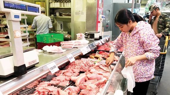 Khách hàng chọn mua thịt heo ở một siêu thị tại TPHCM. Ảnh: THI HỒNG
