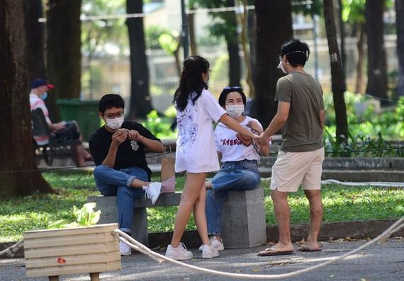 Một nhóm bạn trẻ tụ tập tại công viên 30-4, quận 1, TP.HCM lúc 14h25 ngày 4-4 - Ảnh: QUANG ĐỊNH
