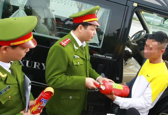 Lực lượng chức năng kiểm tra việc trang bị phương tiện phòng cháy chữa cháy trên ôtô - Ảnh: D. TẤN