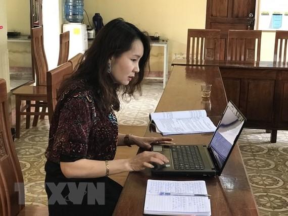 Giáo viên trường THPT Đinh Bạt Tụy (Nghệ An) dạy học qua mạng Internet. (Ảnh: Bích Huệ/TTXVN)