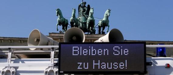 """Thông điệp """"Hãy ở nhà!"""" được nhìn thấy khắp châu Âu. Làm thế nào các nền kinh tế châu Âu có thể phục hồi hậu Covid-19?"""