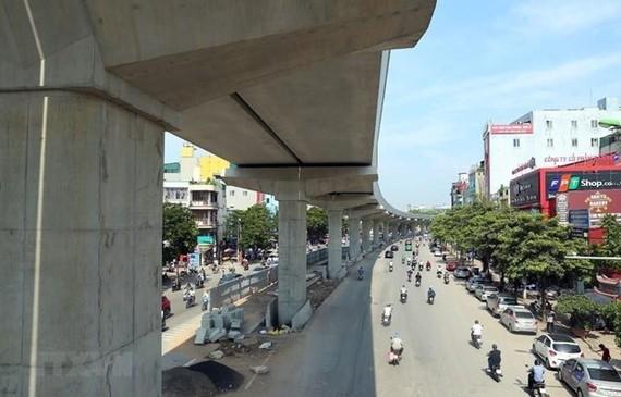 Dự án đường sắt đô thị Nhổn-ga Hà Nội đã hoàn thành phần đi trên cao và đang tiến hành thi công hệ thống thang máy lên nhà ga. (Ảnh: Huy Hùng/TTXVN)