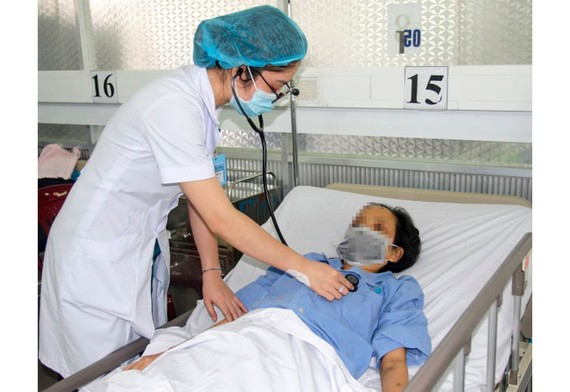 Bác sĩ chăm sóc cho bệnh nhân sau khi phẫu thuật tim thành công