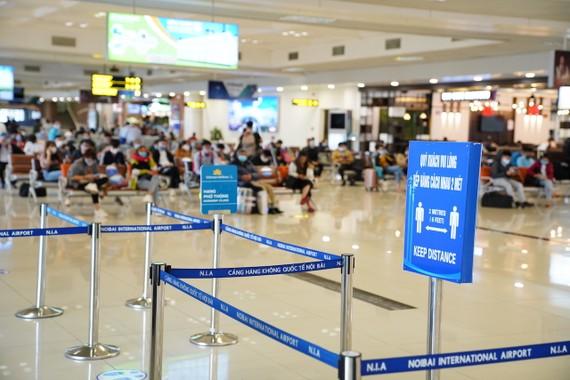 Biển báo giãn cách tối thiểu 2m tại khu vực chờ tại nhà ga. Ảnh: VGP/Phan Trang