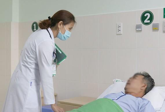 Bác sĩ chăm sóc cho bệnh nhân sau khi nội soi gắp di vật nhọn thành công