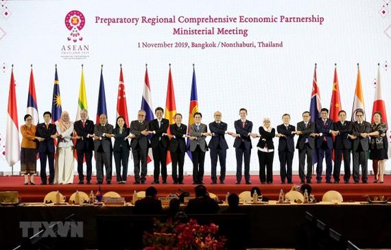 Các đại biểu chụp ảnh chung tại Hội nghị Cấp Bộ trưởng về Hiệp định Đối tác kinh tế toàn diện khu vực (RCEP) ở Nontha Buri, Thái Lan ngày 1/11/2019. (Ảnh: Lý Hữu Kiên/TTXVN)