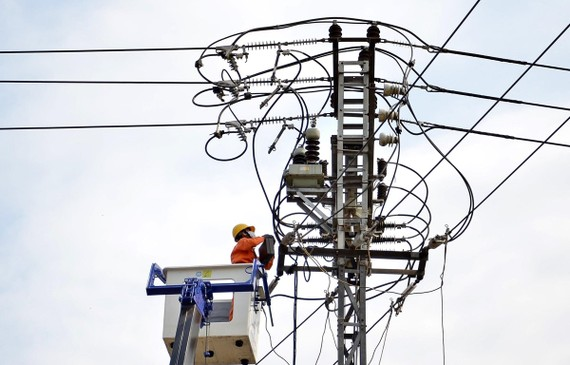 Công nhân Công ty Điện lực Quảng Ngãi nâng cấp hệ thống lưới điện. (Ảnh: Ngọc Hà/TTXVN)