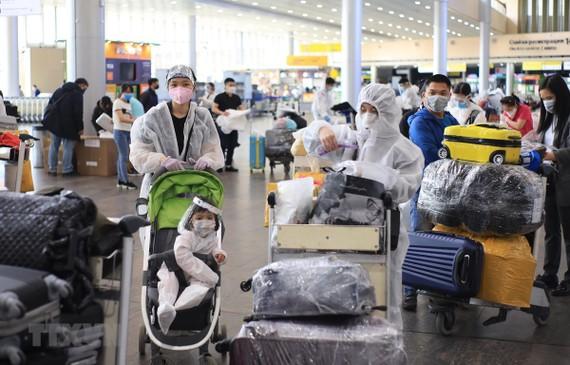 Các công dân Việt Nam chờ làm thủ tục tại sân bay Sheremetyevo. (Ảnh: Trần Hiếu/TTXVN)