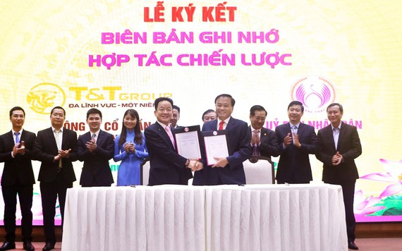 Ông Đỗ Quang Hiển, Chủ tịch HĐQT kiêm Tổng Giám đốc Tập đoàn T&T Group và ông Nguyễn Văn Dương, Chủ tịch UBND tỉnh Đồng Tháp tiến hành ký kết thỏa thuận hợp tác chiến lược toàn diện
