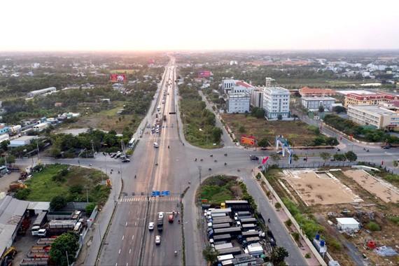 Điểm giao giữa đại lộ Nguyễn Văn Linh nối dài và đường Tân Túc tại trung tâm hành chính Bình Chánh