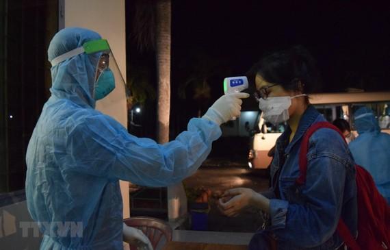 Kiểm tra sức khỏe, khám sàng lọc ban đầu cho 116 công dân Việt Nam trở về từ Philippines. (Ảnh: Chương Đài/TTXVN)