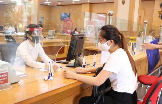 Khách hàng đến giao dịch tại Ngân hàng Nông nghiệp và Phát triển nông thôn chi nhánh Bắc Ninh. (Ảnh: Thái Hùng/TTXVN)