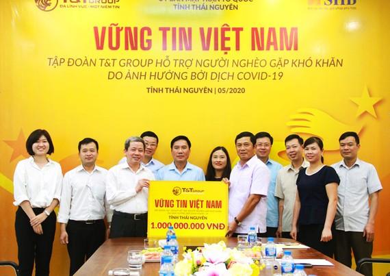 Tập đoàn T&T Group trao quà cho đại diện lãnh đạo tỉnh Thái Nguyên.