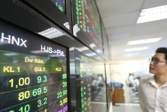 Tiền đổ dồn vào thị trường, VN Index chạm mốc 900 điểm
