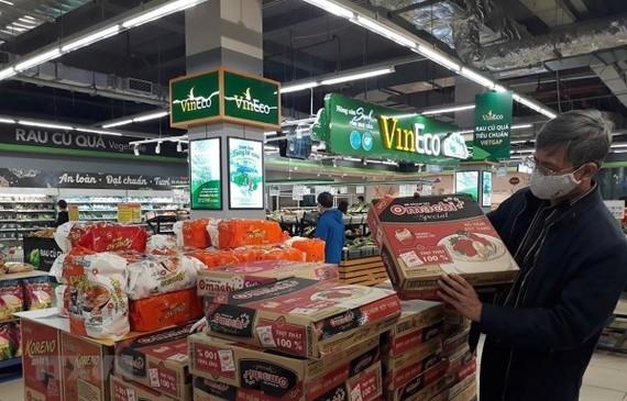 Hàng hóa thiết yếu tại các siêu thị luôn đảm bảo đủ để phục vụ người dân. (Ảnh: Phương Anh/TTXVN)