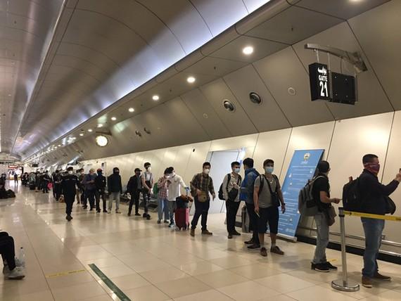 Các công dân Việt Nam lên máy bay tại Kuwait - Ảnh: Bộ Ngoại giao Việt Nam