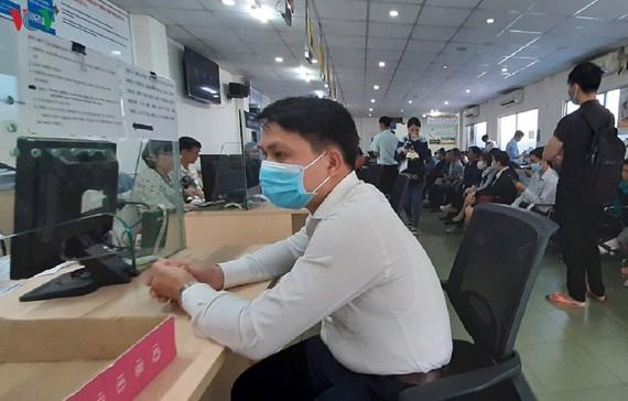 Doanh nghiệp làm thủ tục tại Sở Kế hoạch và Đầu tư TP.HCM.