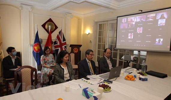 Đại sứ Trần Ngọc An và cán bộ Đại sứ quán Việt Nam tại Vương quốc Anh tham dự Hội thảo trực tuyến. (Ảnh: Đình Thư/Vietnam+)